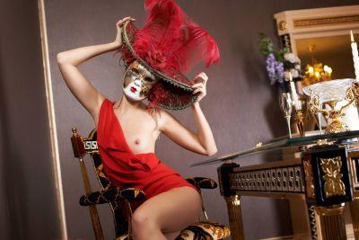 Девушка в маске.